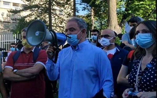 Lutovac ispred Centralnog zatvora zatražio oslobađanje svih uhapšenih u protestima