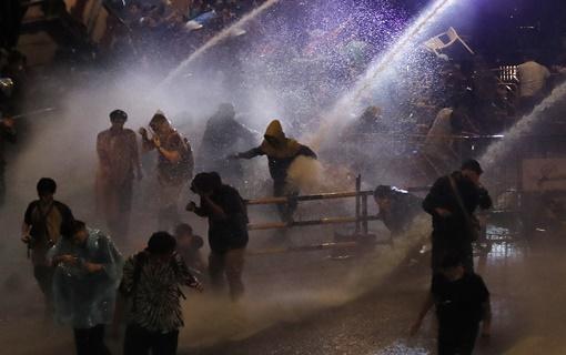 Premijer Tajlanda odbio da podnese ostavku, policija vodenim topovima na demonstrante
