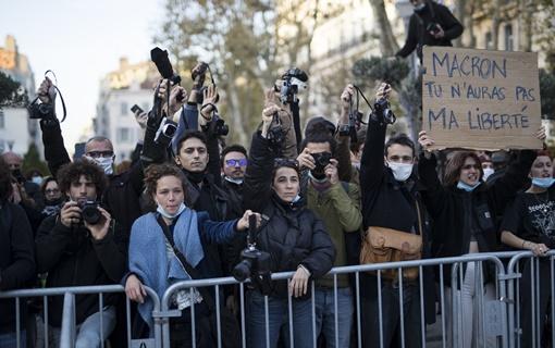 Hiljade na protestima u Francuskoj zbog zabrane slikanja policajaca