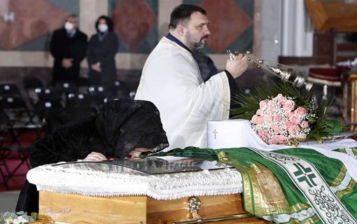 AP: Hiljade na sahrani patrijarha Irineja, mnogi ignorisali mere protiv koronavirusa